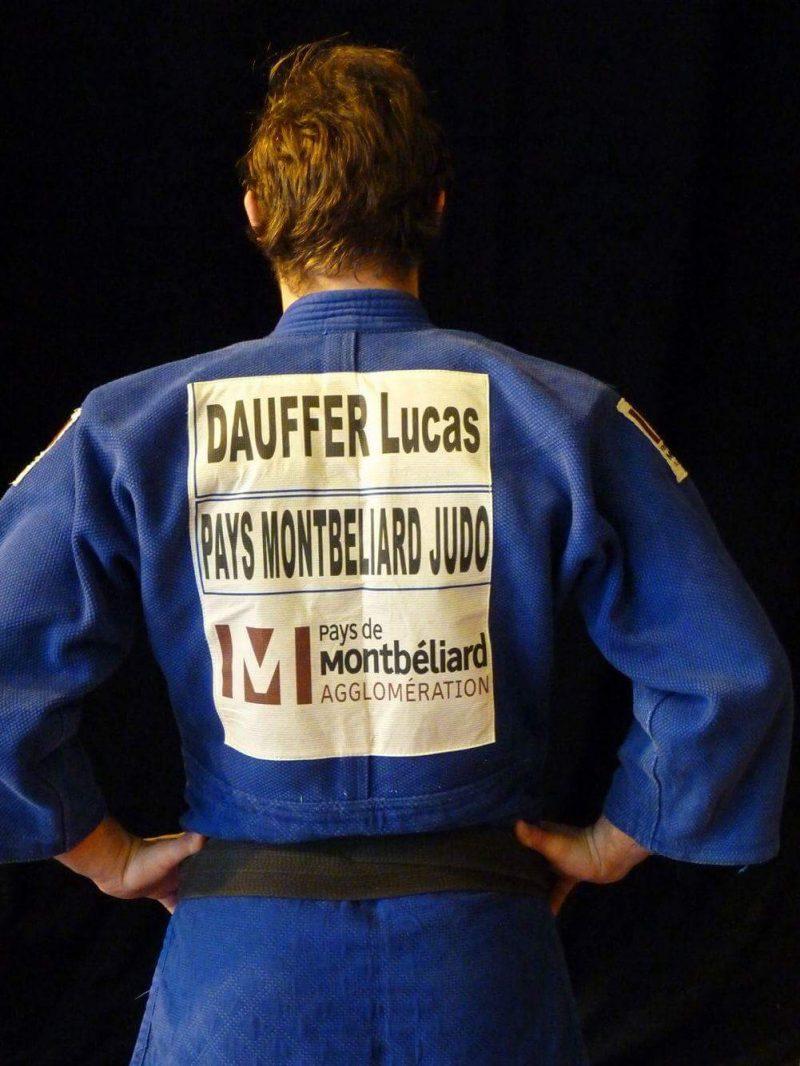 Lucas Dauffer, sportif de haut niveau et étudiant en génie électrique à l'INSA Strasbourg, dans son kimono bleu du club de judo du Pays de Montbéliard